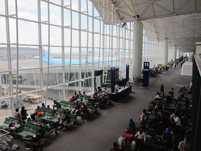 qantas lounge hong kong review